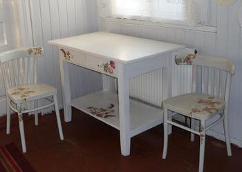 stare meble w wiejskim domu, kuchenny stół w stylu decoupage i krzesła