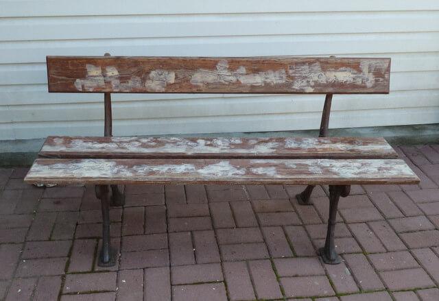 szlifowanie i odnawianie starej ławki ogrodowej diy