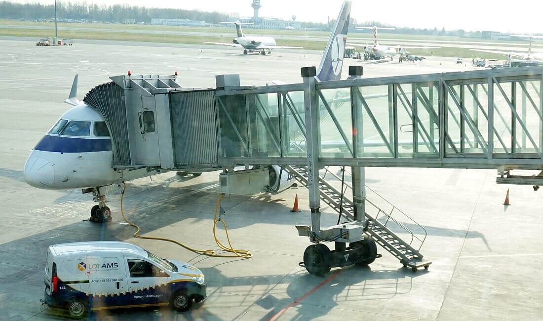 lotnisko okęcie warszawa, rękaw do samolotu pll lot