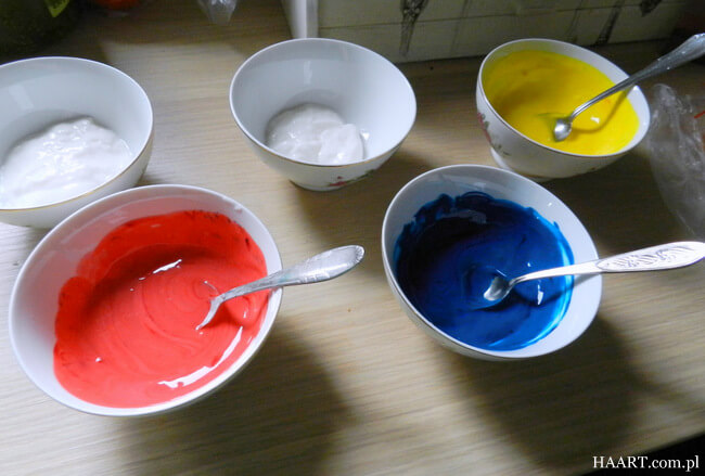 jak zrobić jadalne farby, miseczki z różnymi kolorami