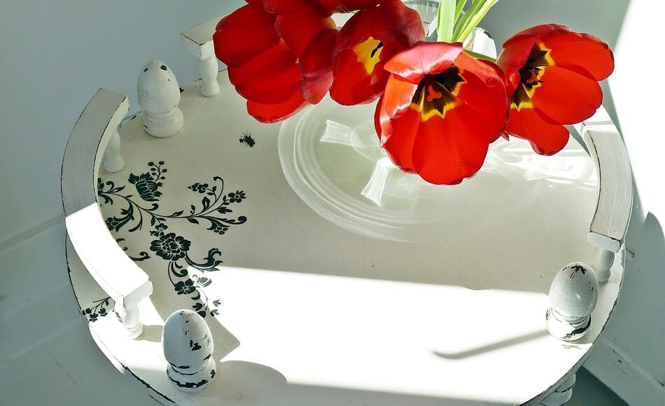 kawowy stolik shabby chic z kwiatami