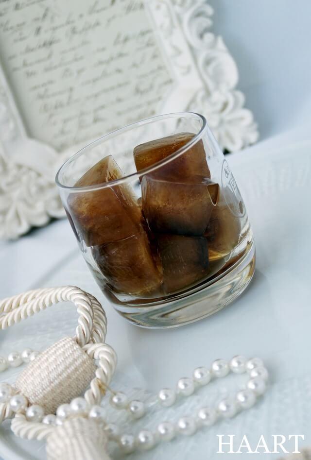 mrożona kawa w kostkach i w szklance