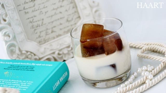 szklanka z mlekiem i dodatkami