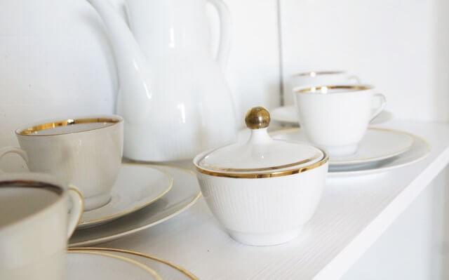 witryna shabby chic z zestawem stołowym, do kawy i herbaty