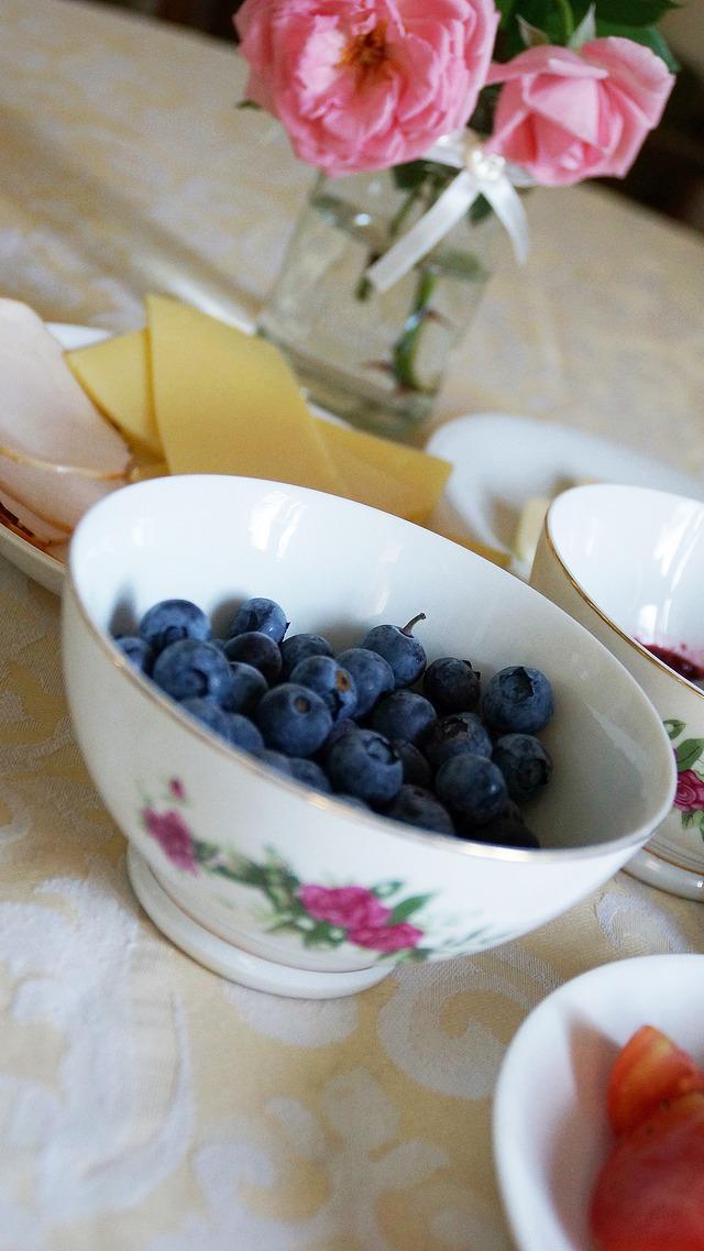 stary drewniany dom, róża, borówki, żółty ser, śniadanie - haart.pl blog diy zrób to sam 15