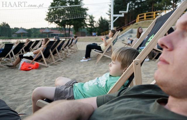 stary drewniany dom, letnie kino, plaża, siemiatycze, leżaki, widownia - haart.pl blog diy zrób to sam 9