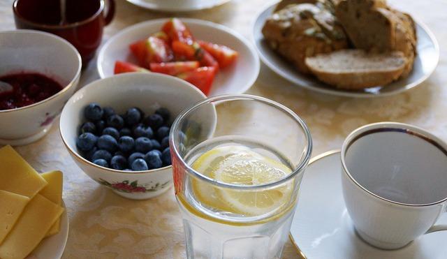 stary drewniany dom, śniadanie, borówki, pomidory, woda z cytryną, chleb, kawa - haart.pl blog diy zrób to sam 14