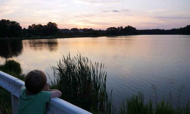 stary drewniany dom, zalew siemiatycze, trzcina, sitowie, zachód słońca, dziecko - haart.pl blog diy zrób to sam 13