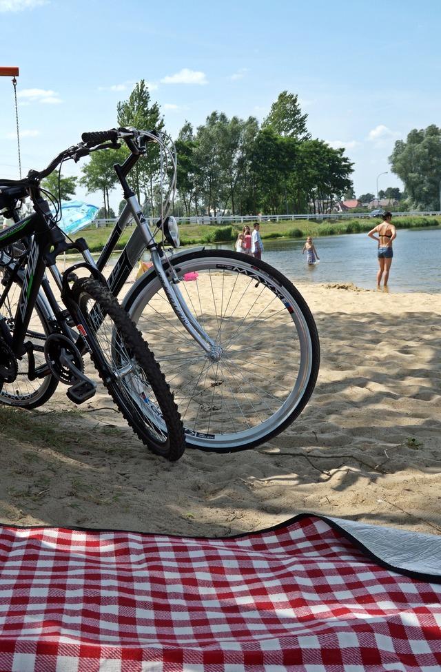 stary drewniany dom, plaża, siemiatycze, rowery, woda, drzewa - haart.pl blog diy zrób to sam 5