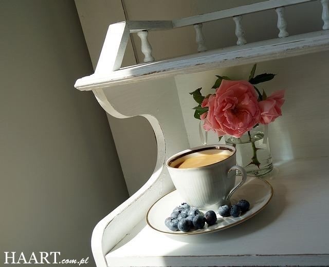 stary drewniany dom, witrynka, kawa, róża, borówki - haart.pl blog diy zrób to sam 1