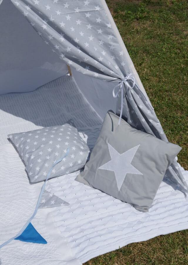 poduszki w dziecięcym namiocie tipi