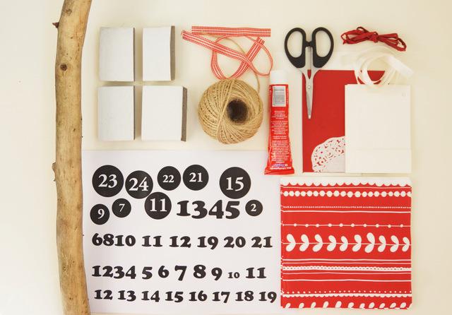 kalendarz adwentowy diy, patyk, gałąź, zawieszki z numerami, schowane słodycze, cukierki, jak zrobić, instrukcja krok po kroku, adwent, boże narodzenie, kalendarz na grudzień, klej, nożyczki, wstążka - haart.pl blog diy zrób to sam 3
