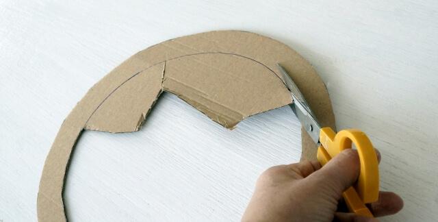 wycinanie kształtu nożyczkami z tekturowego koła