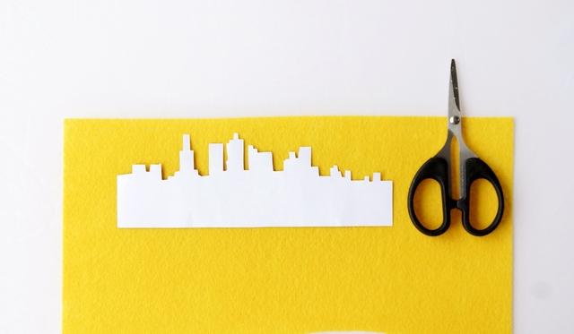 kopertówka vintage z motywem, panorama miasta, jak zrobić, instrukcja krok po kroku, nożyczki, wycinanie, filc - haart.pl blog diy zrób to sam 2