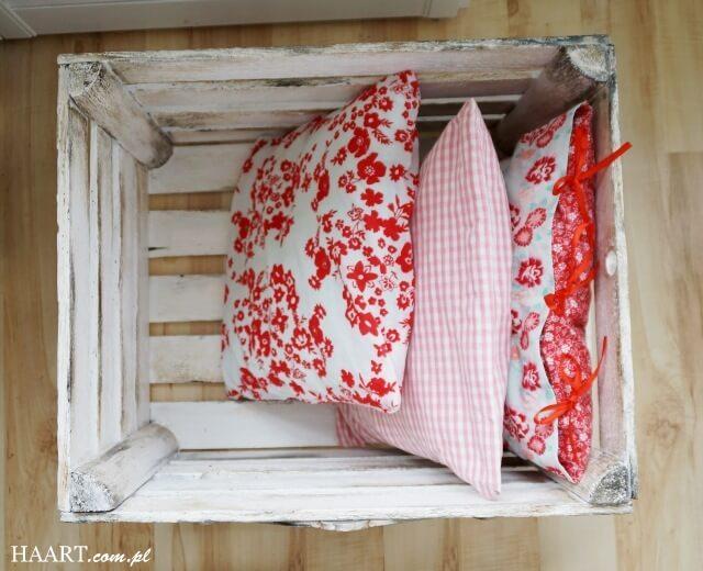 skrzynka po jabłkach w salonie pojemnik na poduszki shabby chic diy