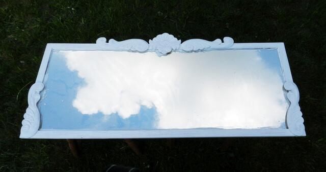 lustro z białą ramą i przyklejonymi drewnianymi dekorami