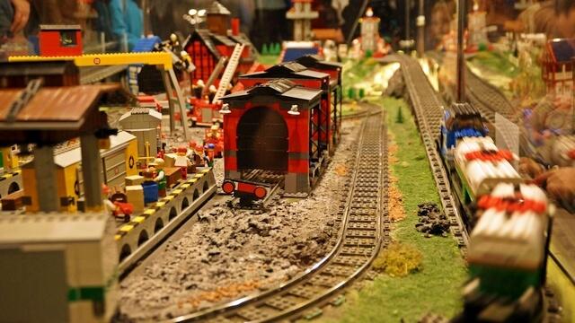 wystawa klocków lego, tory kolejowe i stacja
