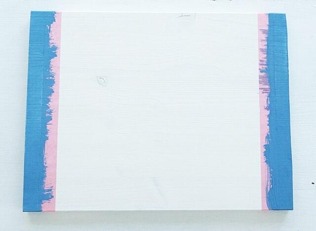 biała tablica edukacyjna zabezpieczona taśmą tesa