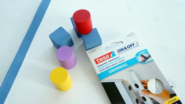 rzepy tesa, montaż kolorowych klocków do tablicy edukacyjnej dla małych dzieci
