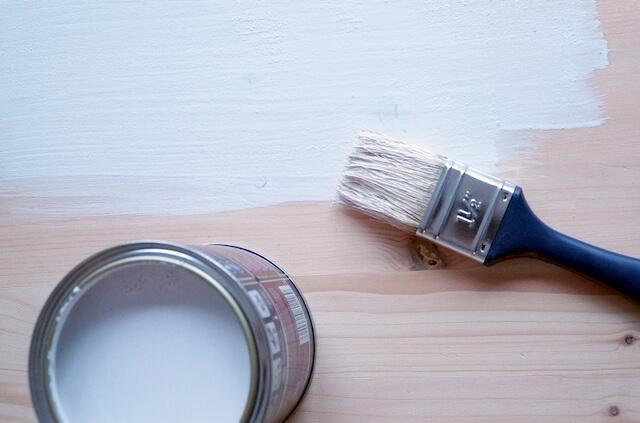 malowanie deski na biało farbą akrylową