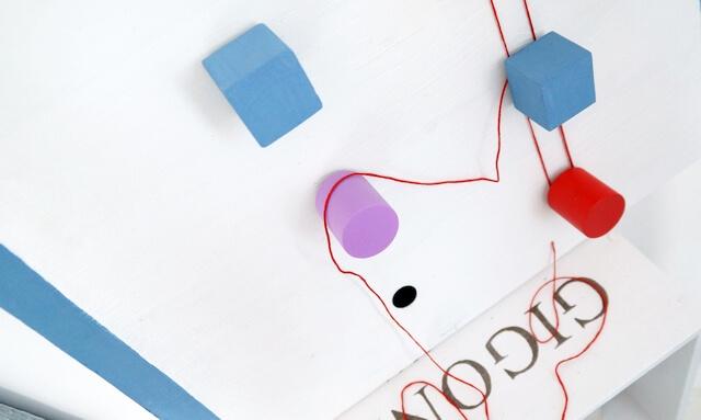 rzepy tesa przyklejone do tablicy edukacyjnej dla małych dzieci, czerwony sznurek
