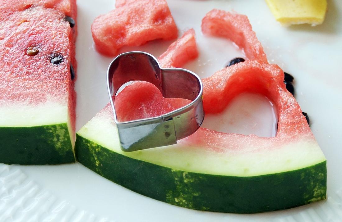podanie arbuza na 5 sposobów, do jedzenia, jako dekoracja, instrukcja krok po kroku, idealny owoc na gorące dni, lato - haart.pl blog diy zrób to sam