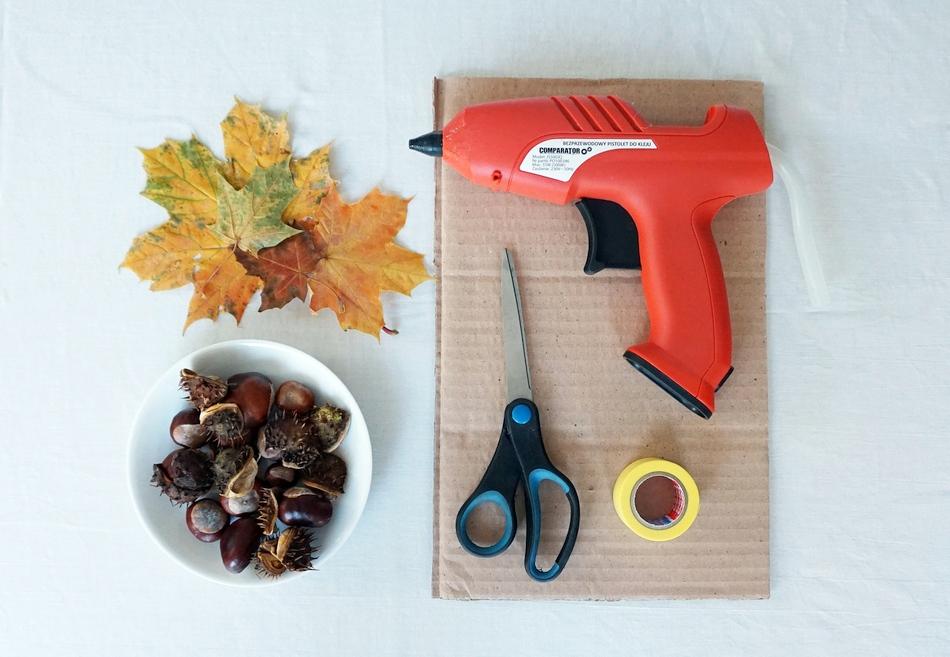 jesienny stroik, dekoracja na jesienny stół, liście, kasztany, tektura, klej, nożyczki - haart.pl blog diy zrób to sam 1