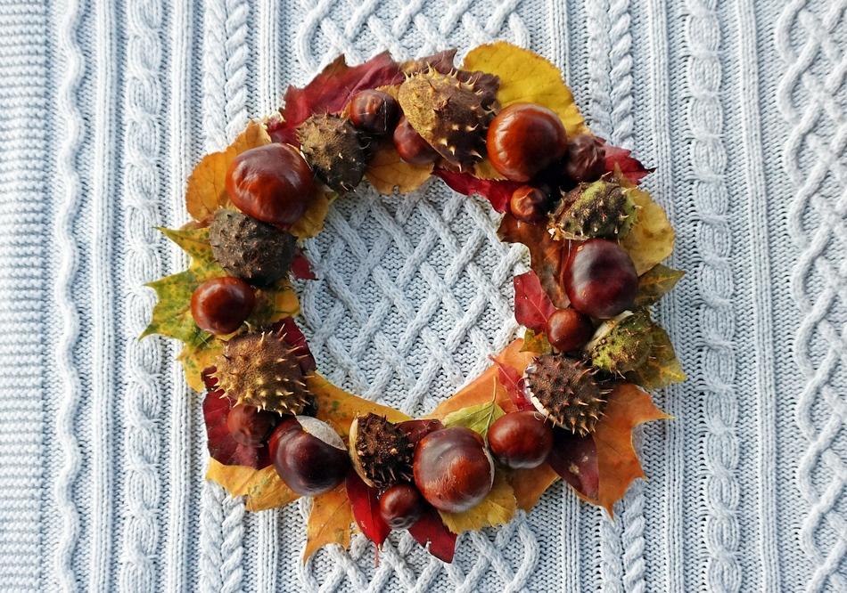 jesienne dekoracje, 4 proste pomysły, wianek z kasztanów i liści stroik - haart.pl blog diy zrób to sam