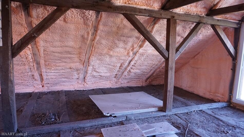 pianka izolacyjna na poddaszu starego domu, rezultat po natrysku