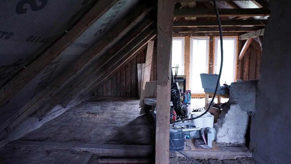 poddasze w starym drewnianym domu przed remontem