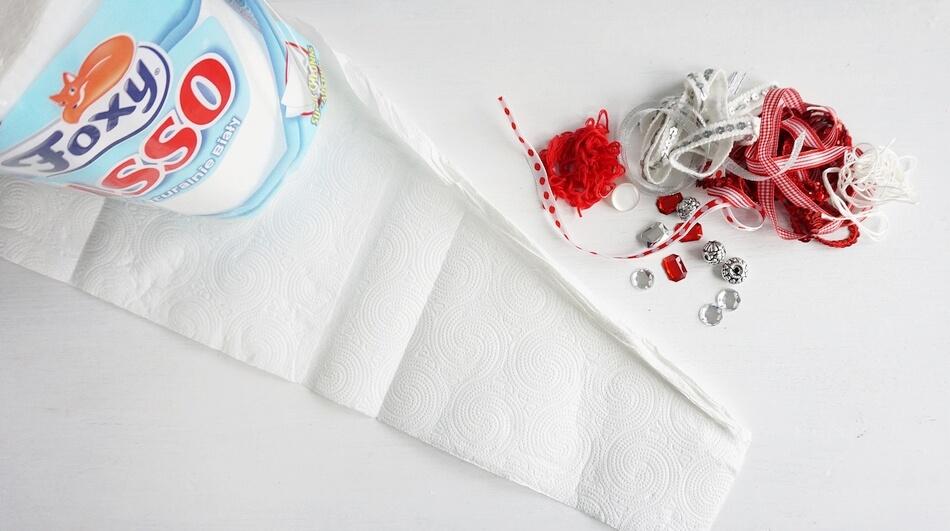 zwijanie ppierowego ręcznika w sznurek