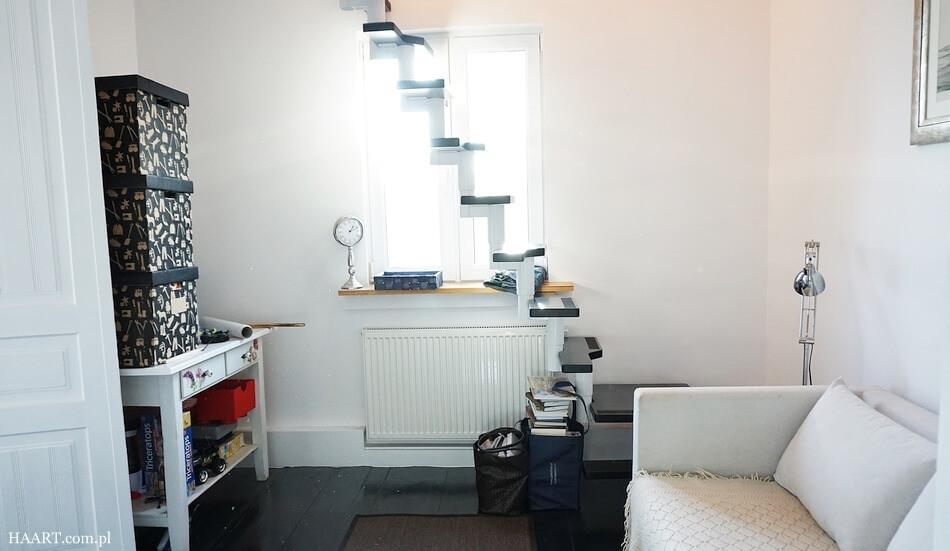 przechodni pokój w domu, pomysł na aranżację ze schodami na poddasze