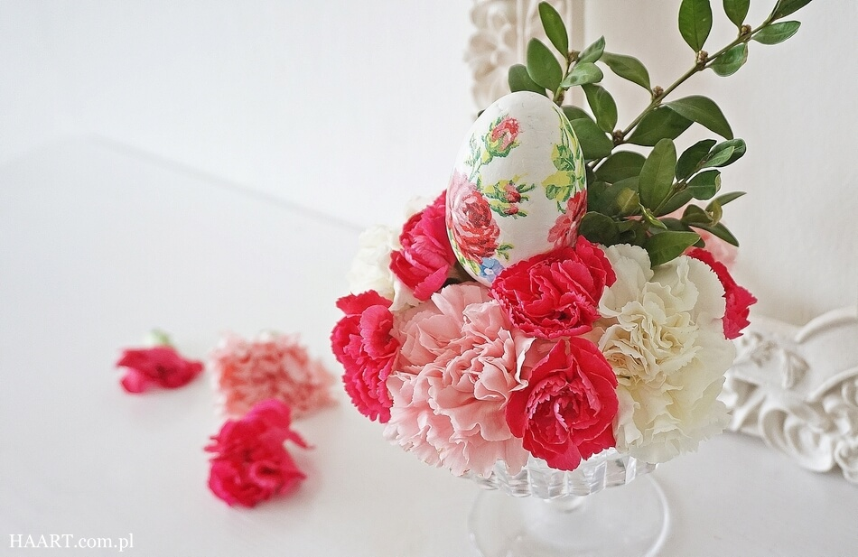 jak zrobić stroik wielkanocny diy, jajko decoupage i świeże kwiaty