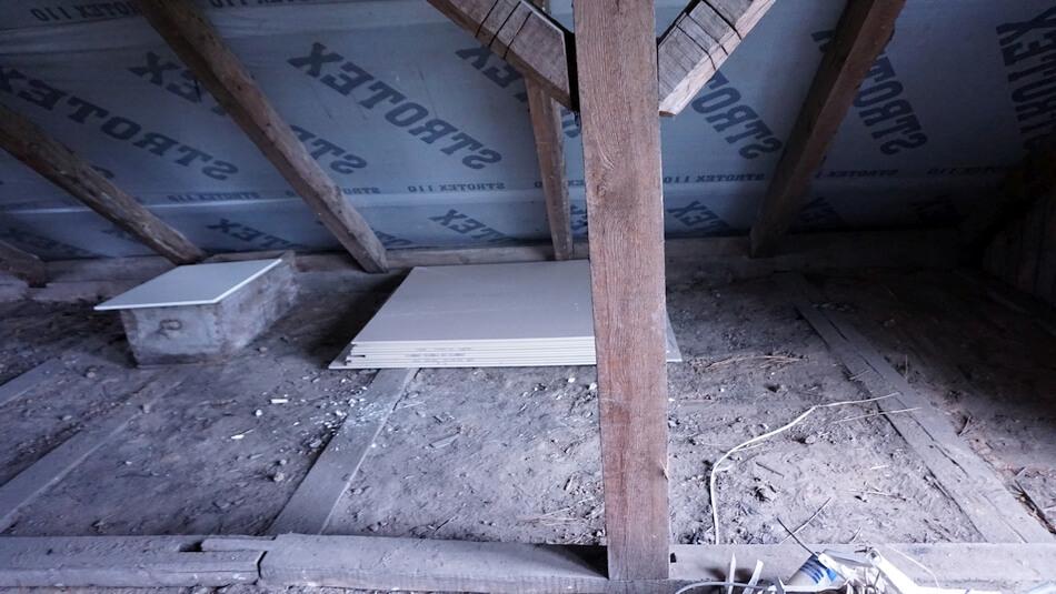strych poddasze drewnianego domu wypełnione polepą