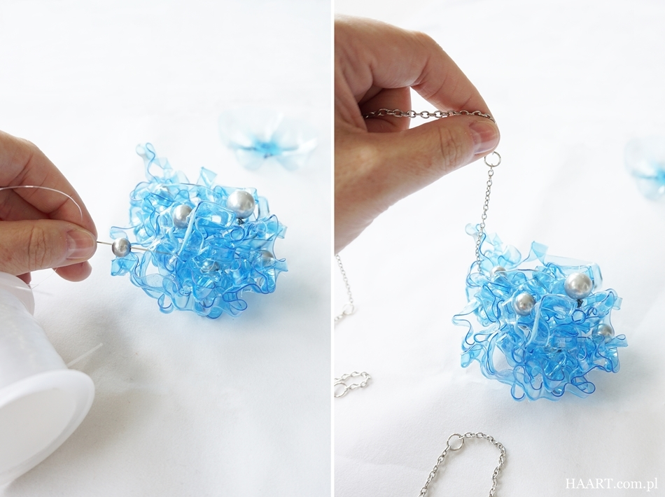 biżuteria z plastikowej butelki, butelka pet, nożyczki, łańcuszek, koraliki, zaczepianie łańcuszka i przyklejanie koralików, instrukcja krok po kroku - haart.pl blog diy zrób to sam 4
