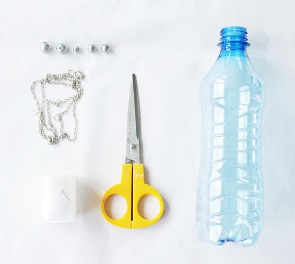 biżuteria z plastikowej butelki, butelka pet, nożyczki, łańcuszek, koraliki, instrukcja krok po kroku - haart.pl blog diy zrób to sam 1