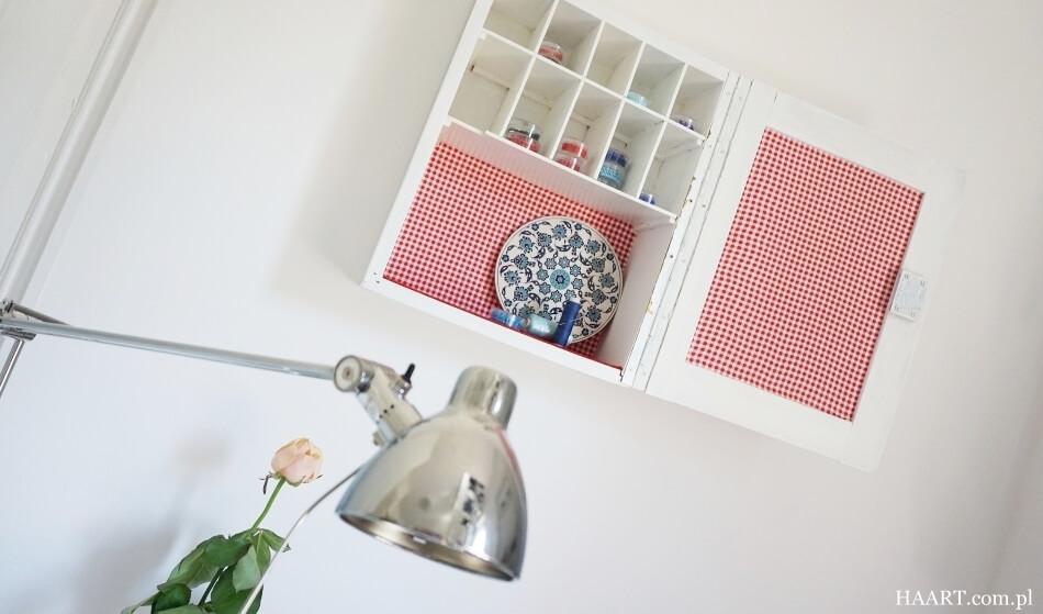 oklejanie tkaninami, wisząca szafeczka wyklejona materiałem