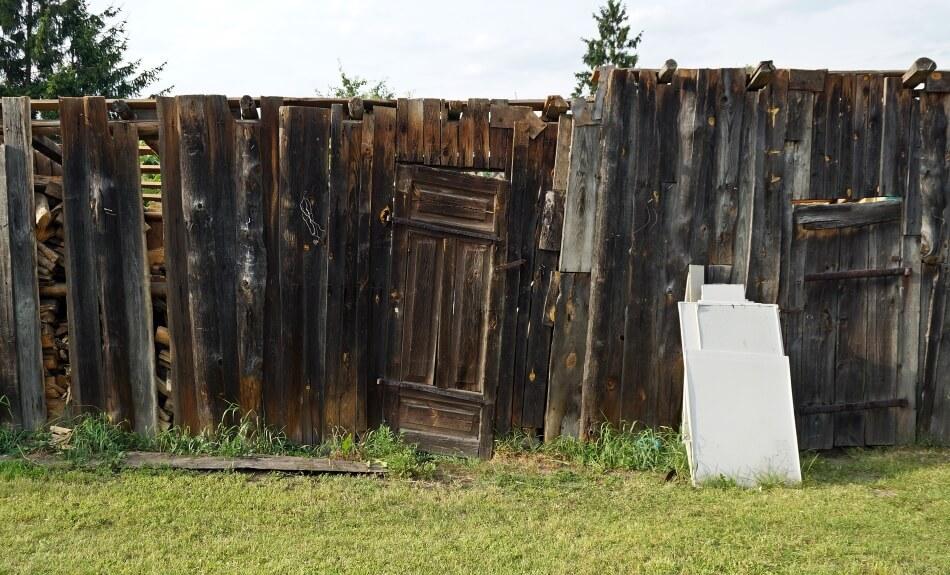 stara szopa stodoła, zniszczone deski w ogrodzie
