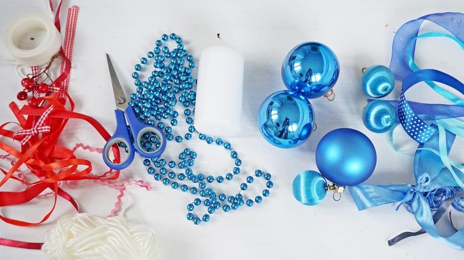 świąteczne stroiki niebieski stroik niebieskie bombki, satynowa wstążka, świeca, nożyczki, koraliki, rama do zdjęcia wykonaj samodzielnie - haart.pl blog diy zrób to sam 1