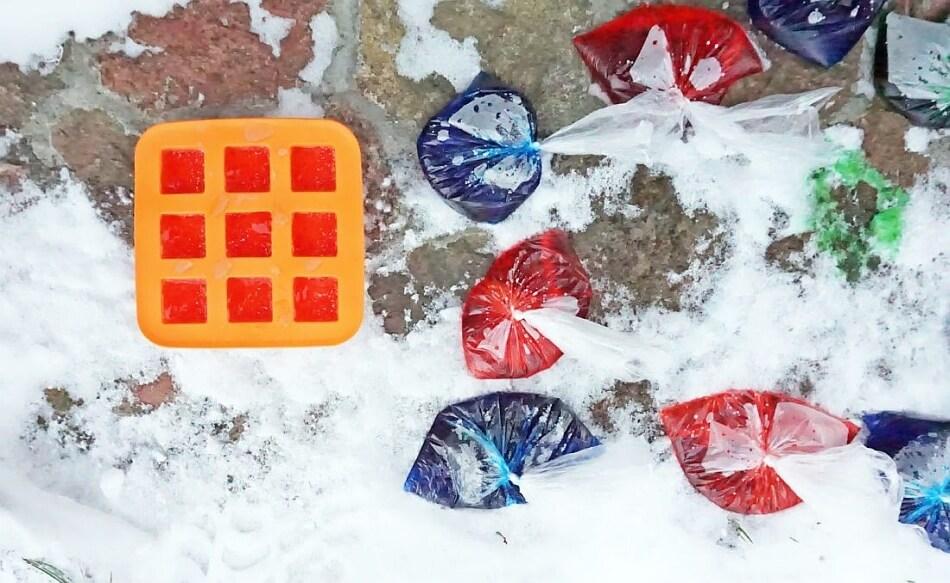 lodowe kostki z barwnikami spożywczymi, zabawa z dzieckiem zimą w ogrodzie diy
