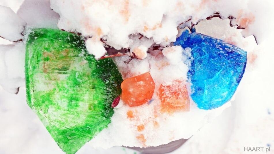 lodowe kule diy z barwnikami spożywczymi, zabawa w ogrodzie zimą z dzieckiem