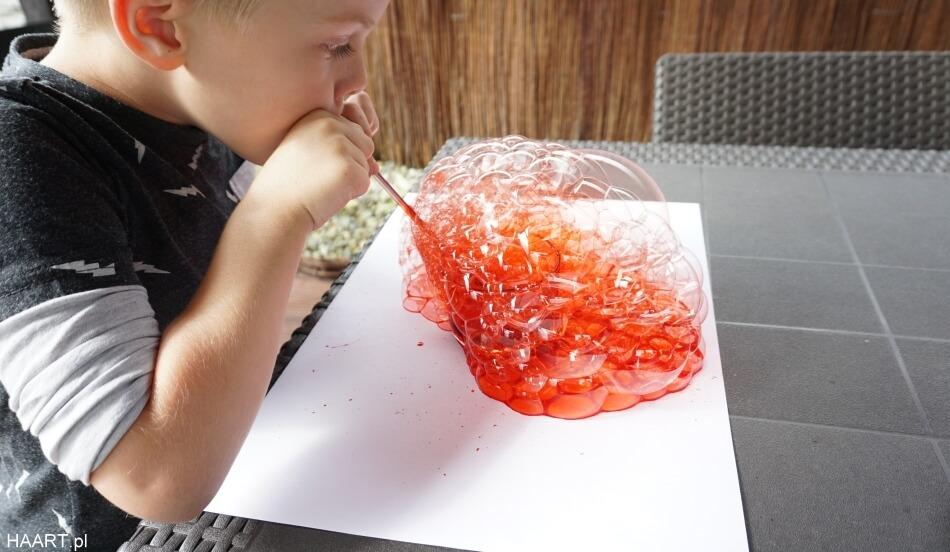 malowanie bańkami, czerwone bańki na papierze