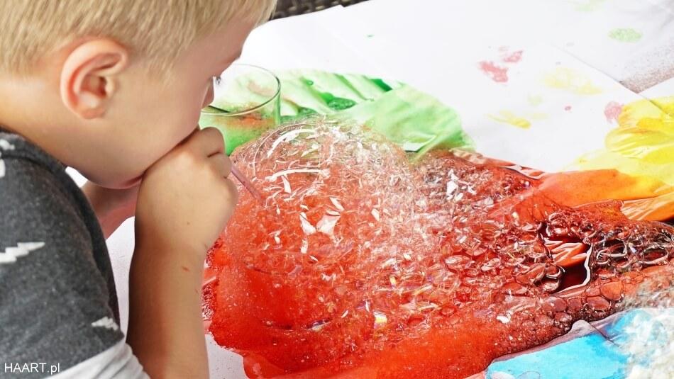 bańki mydlane, dmuchanie piany przez słomkę, zabawa dla dzieci