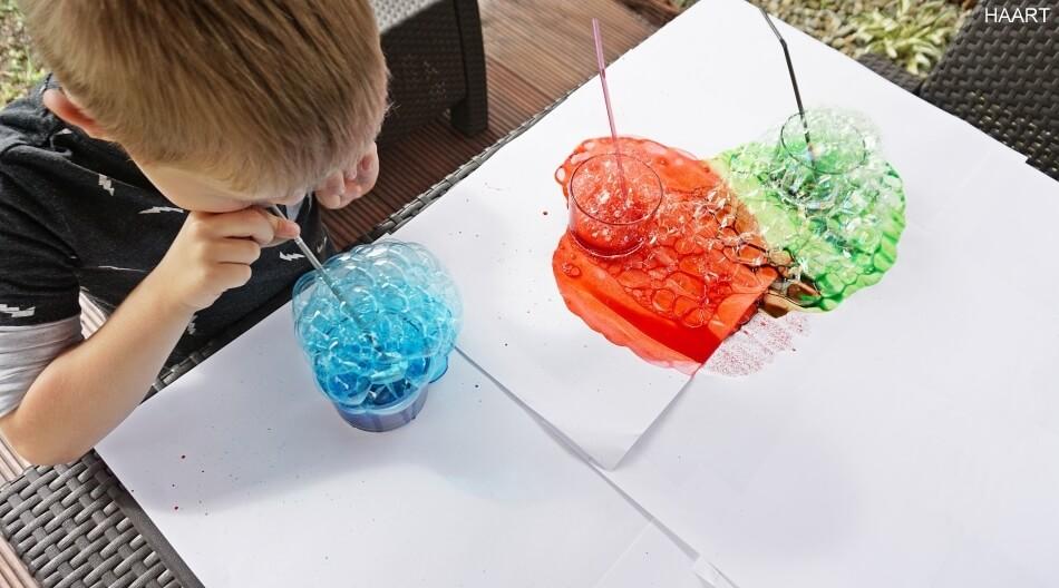 malowanie kolorowymi bańkami na papierze, barwniki spożywcze, zabawa dla dzieci diy