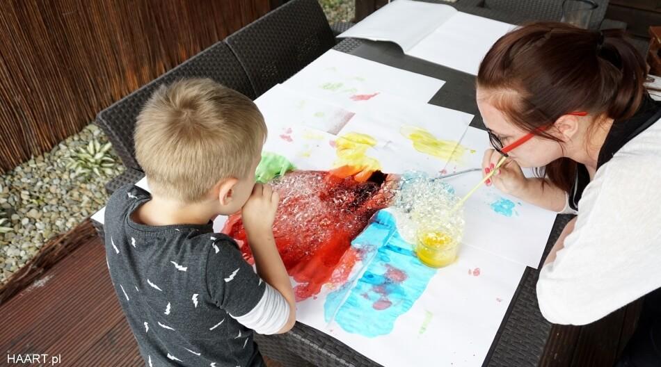 bańki mydlane, malowanie kolorowymi bańkami, zabawa dla dzieci diy