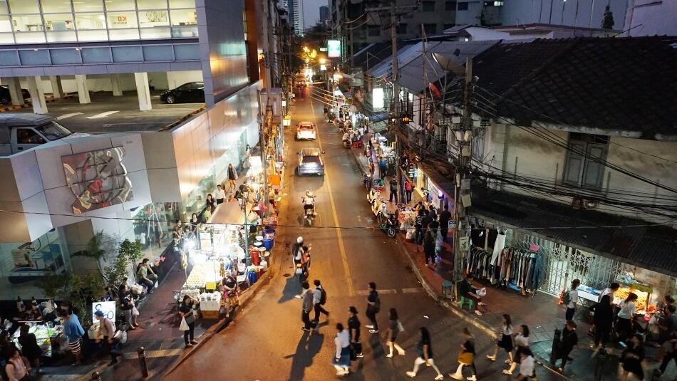 tajlandia samochodem na własną rękę ulica w bangkoku nocą