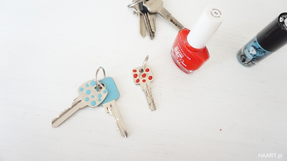 pomysł na klucze, znakowanie lakierem do paznokci, kropki
