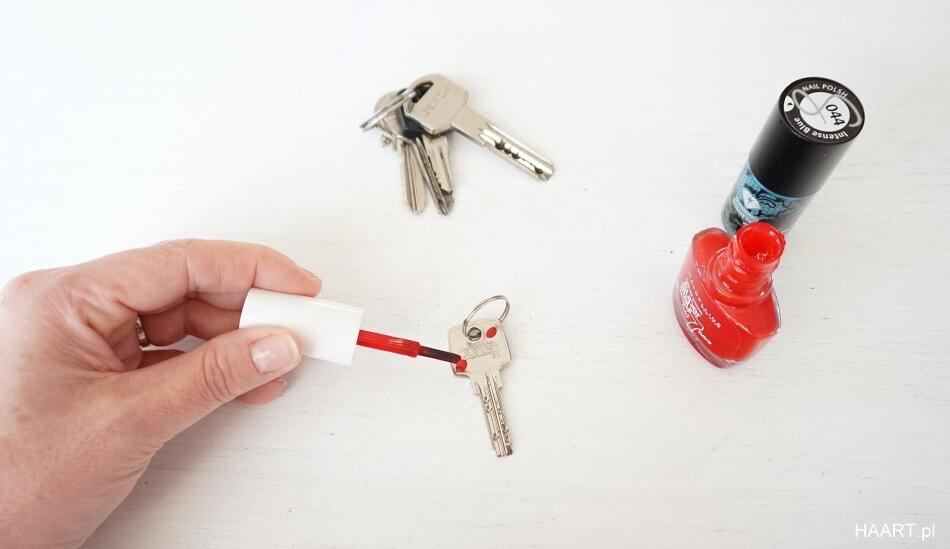 znakowanie kluczy lakierem do paznokci diy