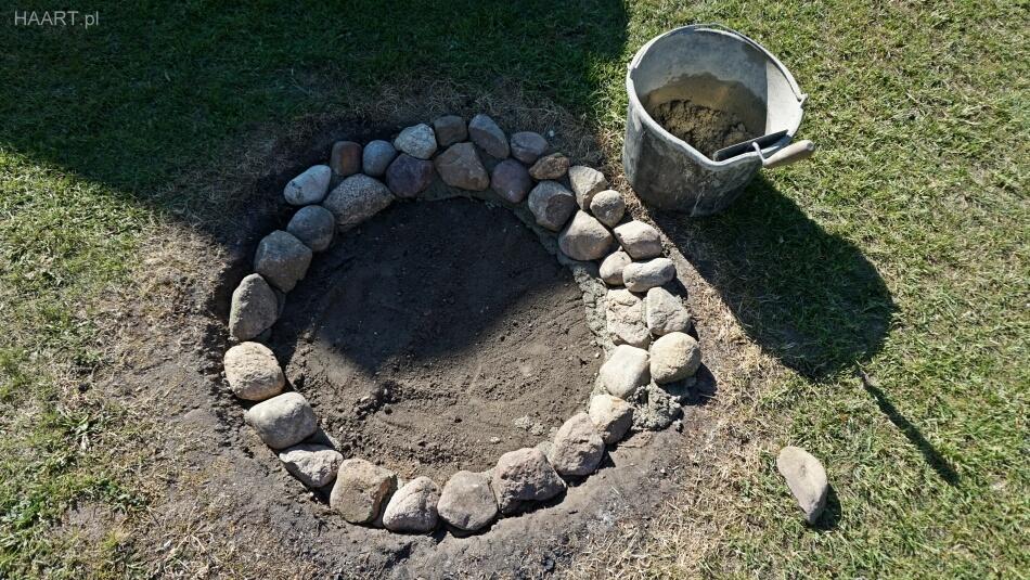 układanie kamieni polnych ognisko w ogrodzie
