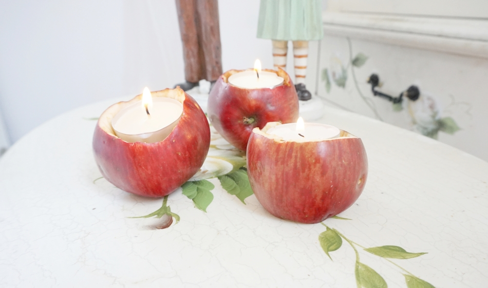 Świeczniki z jabłek. Trzy jabłka ze świeczkami. Malowany stolik - haart.pl blog diy zrób to sam